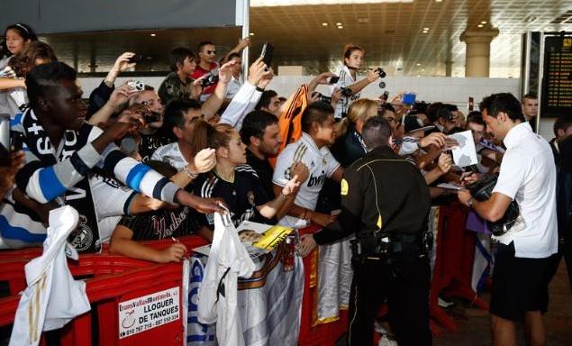 La Afici N Del Madrid En Barcelona Recibi Al Equipo Con Todos Los