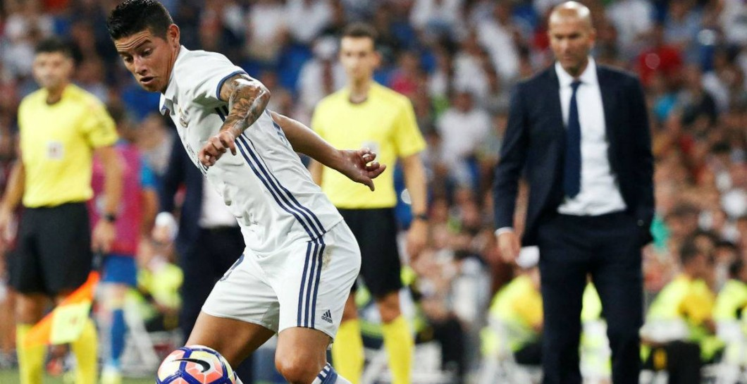 Zidane contempla una jugada de James
