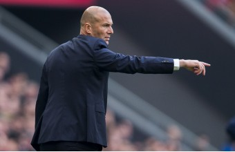 Zidane da instrucciones durante el Athletic-Real Madrid