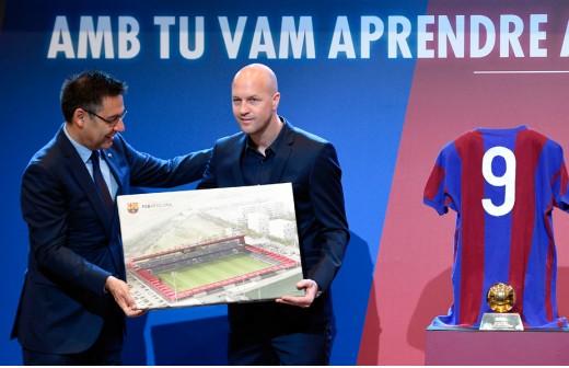 ¡En Barcelona ocultan las críticas por el homenaje 'ficticio' a Cruyff!