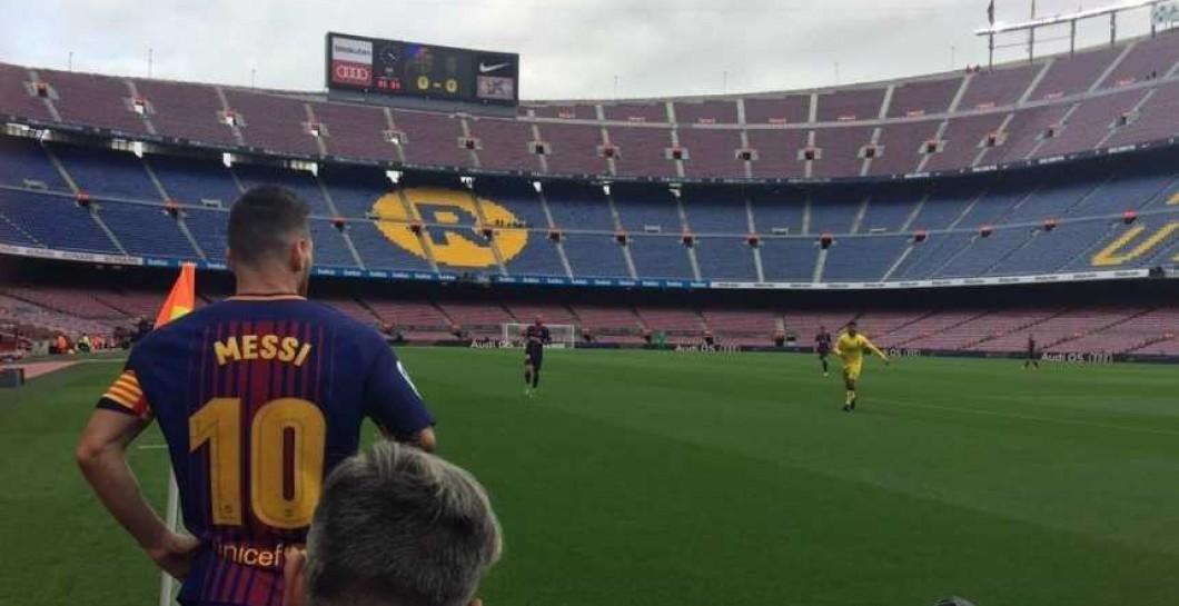Messi tirando un córner en el Camp Nou vacío ... 163476fdab7