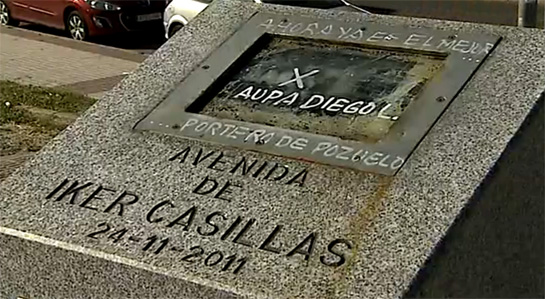 Ataque Monolito Iker Casillas Vandals damage an Iker Casillas monument, tag graffiti saying Diego López is a better goalie