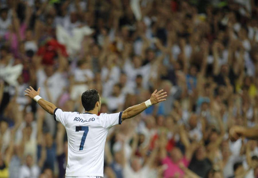 http://www.defensacentral.com/userfiles/Cristiano_Ronaldo_levanta_brazos_gol_Barcelona_2012.jpg