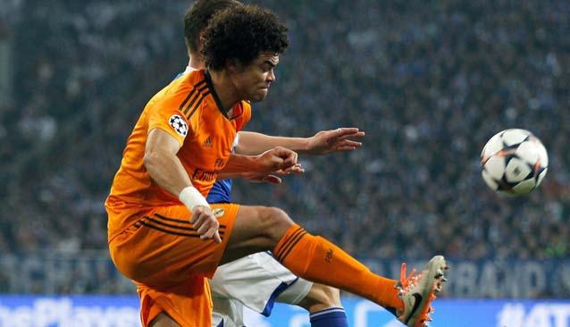 Pepe pasa el balón en un partido de 2014 ante el Schalke