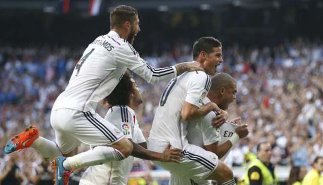 El Real Madrid celebra el gol de Pepe en el 'Clásico'