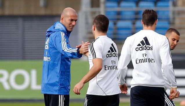 �����: ��� ����� ����� ����� �������� ������ ������ Zidane_saluda_Carvaj