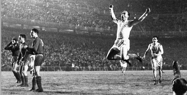 Célebre imagen de Di Stéfano celebrando uno de sus goles ante el Vasas de Budapest